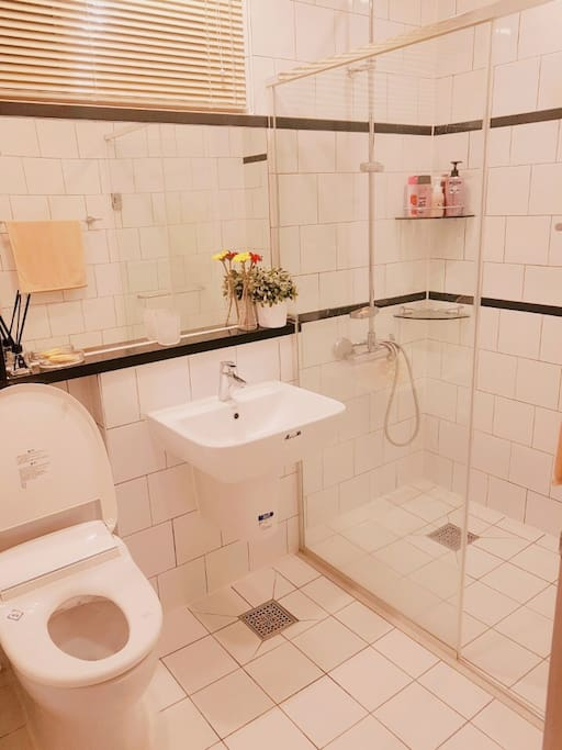 1층 욕실입니다. 일회용 칫솔이 마련되어 있어요. 1st floor bathroom. free use of disposable toothbrush provided