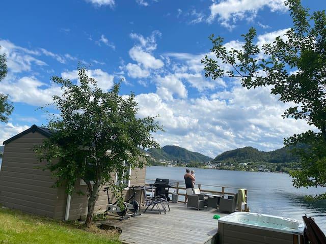 Hytte ved fjorden jazzuci  grill båt uteplass