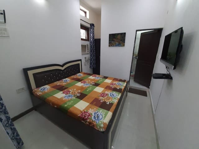 Cozy Private Nest Vasant Vihar with kitchen