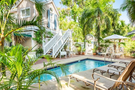 Steps off Duval-Beautiful private room w bathroom, pool view