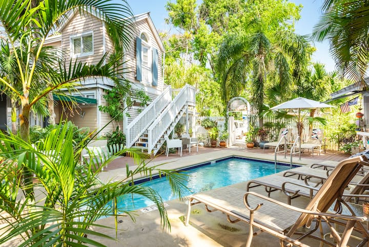 Steps off Duval-Beautiful private room w bathroom, FREE BREAKFAST & HAPPY HOUR, pool view