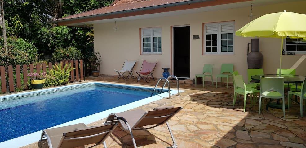 Belle villa arborée avec piscine, bord de mer