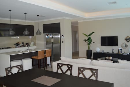 Ex Display Home by the Beach - Burns Beach - Rumah