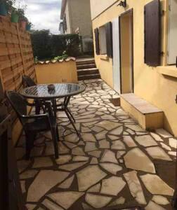 Studio indépendant dans une maison avec terrasse