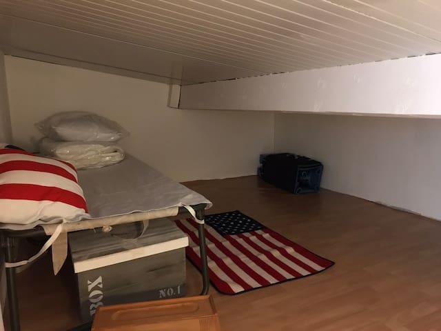 """3ème chambre """"cabane""""  2lits de 70 pouvant être regroupés en un lit 140"""