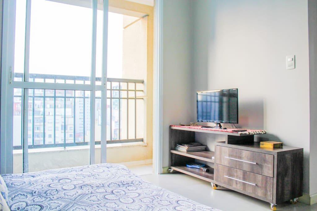 Sala de estar: smart TV e varanda