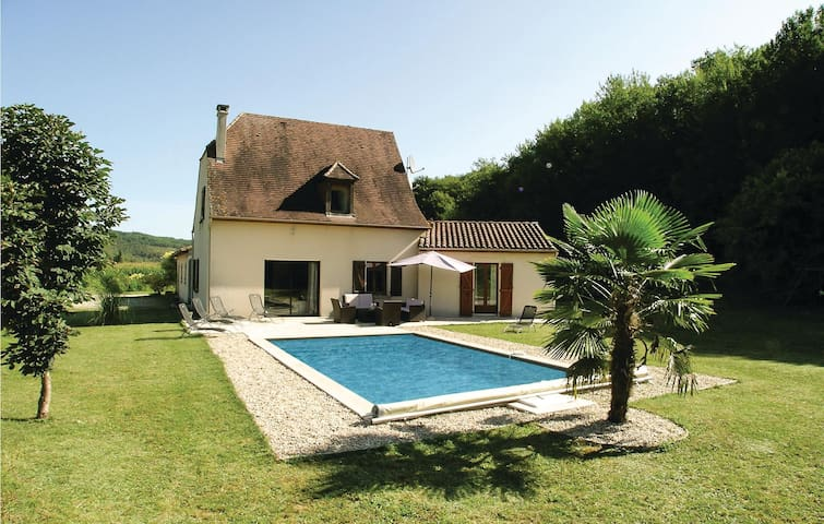 Holiday cottage with 4 bedrooms on 114 m² in St Amand de Coly