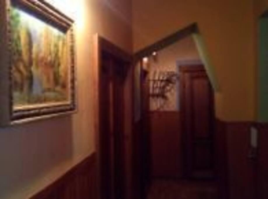 Большой коридор с комодом и командором