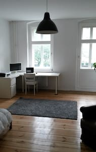 Bright and spacious room with balcony in Mitte - Berlin - Apartment