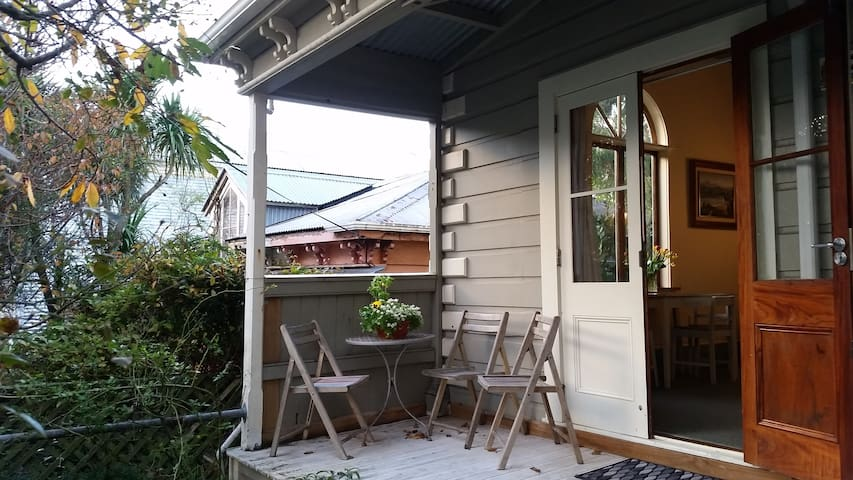 Sunny Newtown home near cafes, hospitals & zoo.