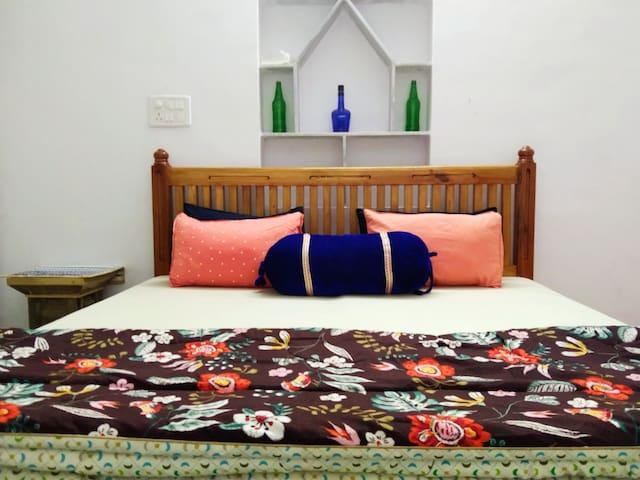 Cozy 1-Bedroom+Living+Kitchenette for Long Stays
