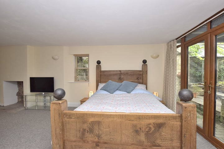 the courtyard: large double bedroom with ensuite .
