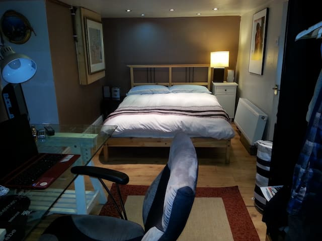 Room 5, comfortable room, private bathroom - Leeds
