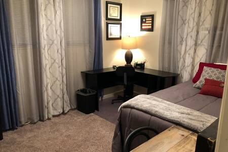 Oroville- Room with desk in clean home