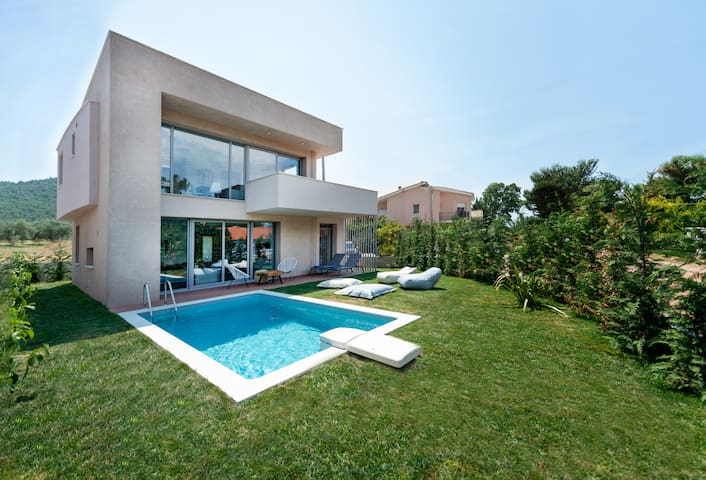 Villa SunBlue Private Modern With Pool Sleeps 12