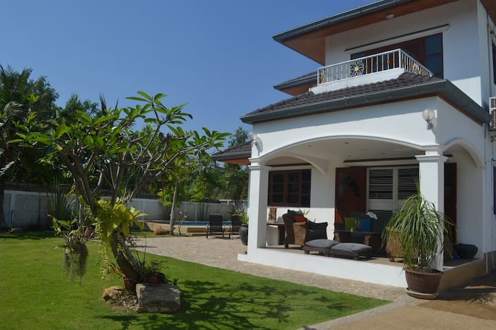 Pool villa with a large garden, quiet & private.