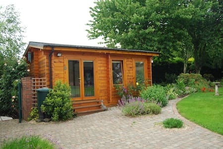 Sonas Studio Garden Room has it's own ensuite - Cabinteely - 샬레(Chalet)