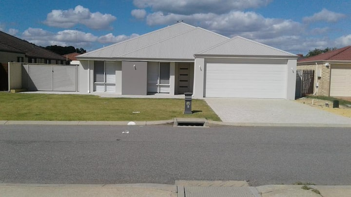 MANDURAH (spacious home 5 min walk to beach)