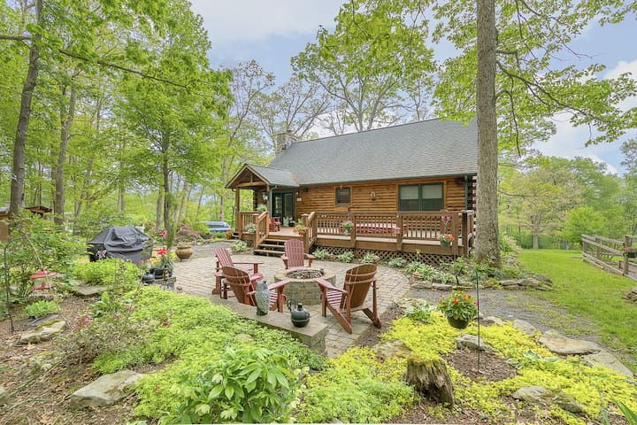 New Lake access cabin with hot tub, gas grill, fire pit and pool table!
