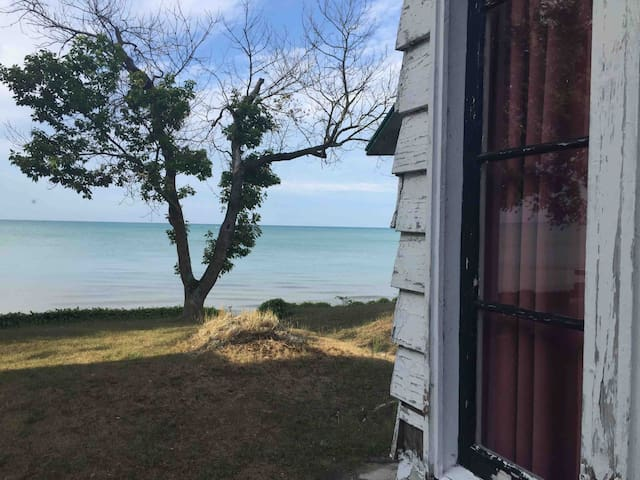 Ipperwash Beach Cottage - Lake View