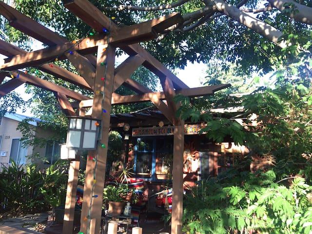 It's a tree room!!  Lots of light! - San Diego - Loft