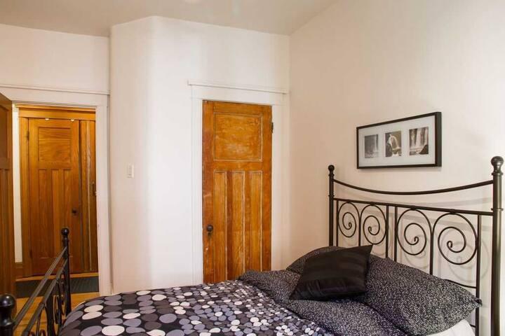 House Duquette in Notre Dame de Grace - Room 4
