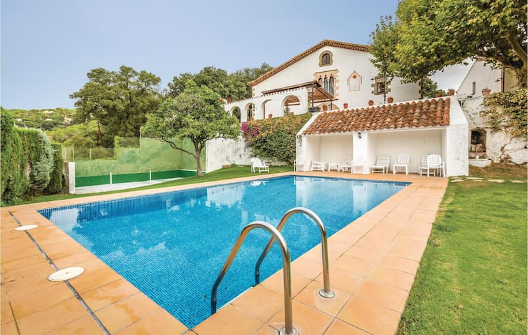 Holiday cottage with 7 bedrooms on 513 m²