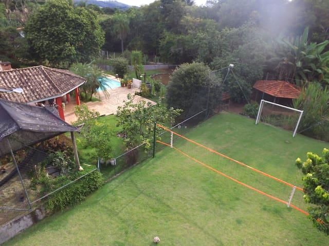 Casa em Cond. fechado com muito verde e diversão