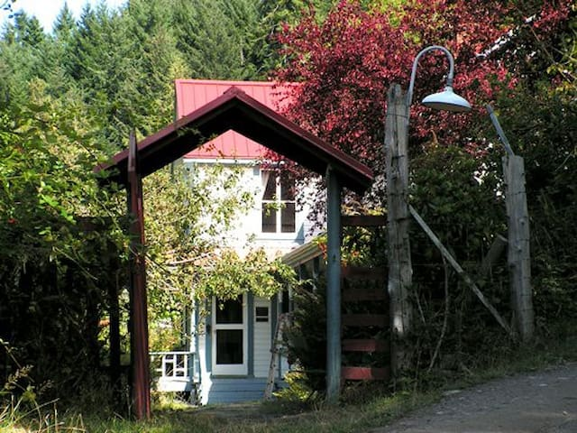 Rich in History, Rustic, 1890's farmhouse - Saturna - Penzion (B&B)
