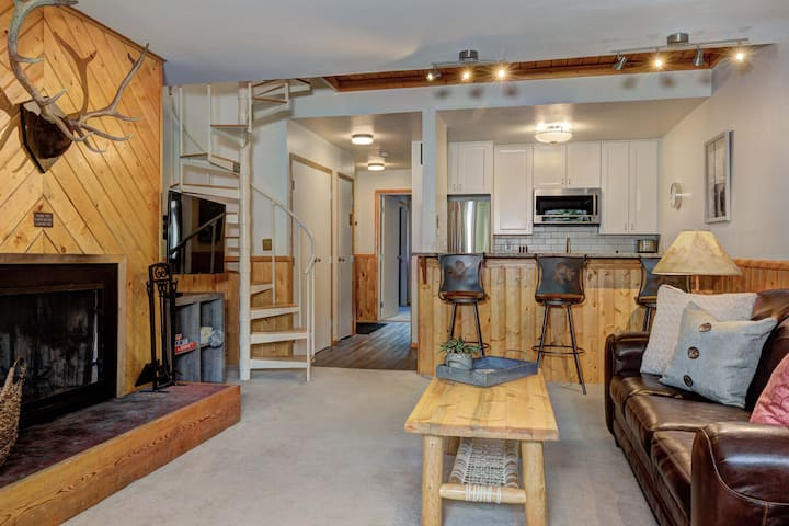 Cozy Slopeside Home_Luxury Amenities, WiFi & More!