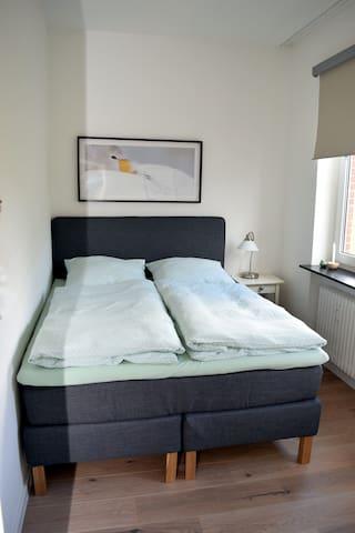 Schlafzimmer mit einem Doppelbett in 1,60m