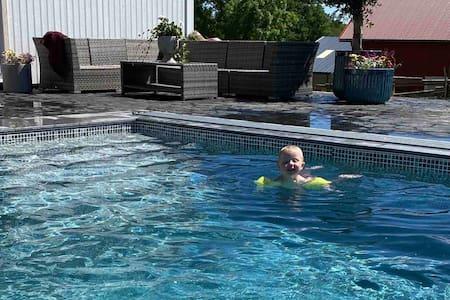 Stuga på hästgård med pool.