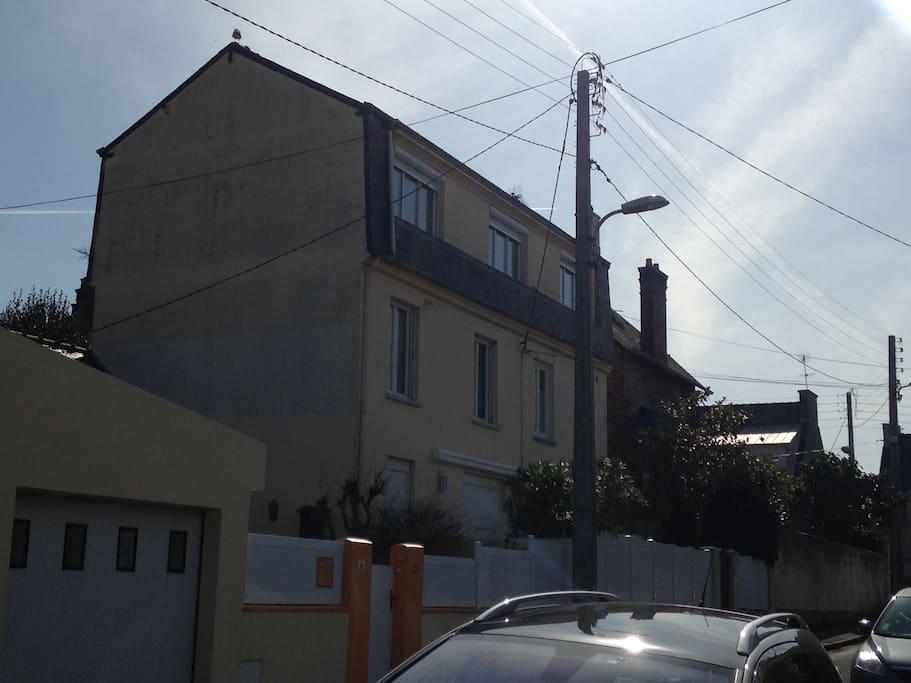 la maison où si situe l'appartement. Dernier étage