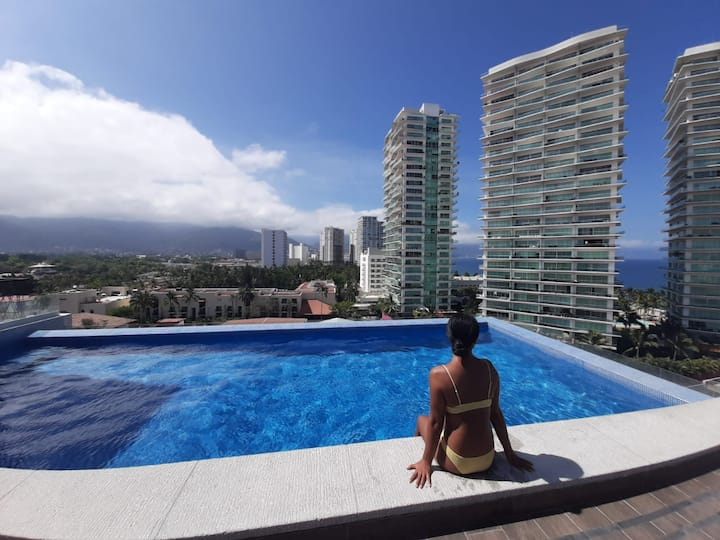 Amazing patio, rooftop pool, 1 block to beach!