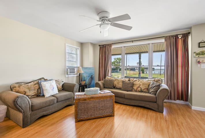 Welcome to Angel`s View, a waterfront vacation rental on Chincoteague Island. Angel`s View is a delightful 3 Bedroom/2 Bath Waterfront Vacation Home that features stunning sunsets over Chincoteague Bay.