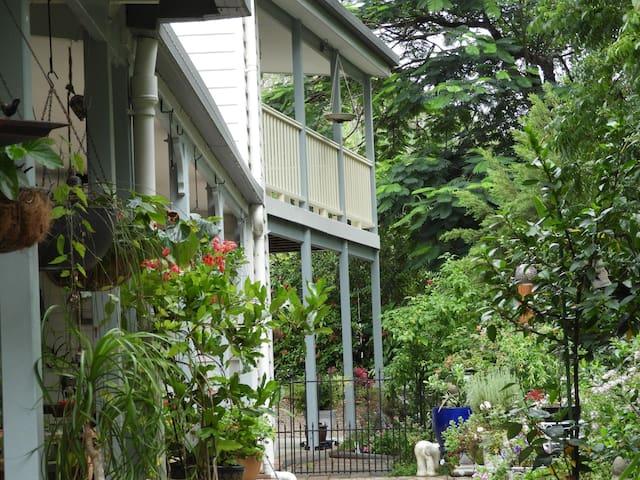 The Cheeky Parrot Guest House - Landsborough