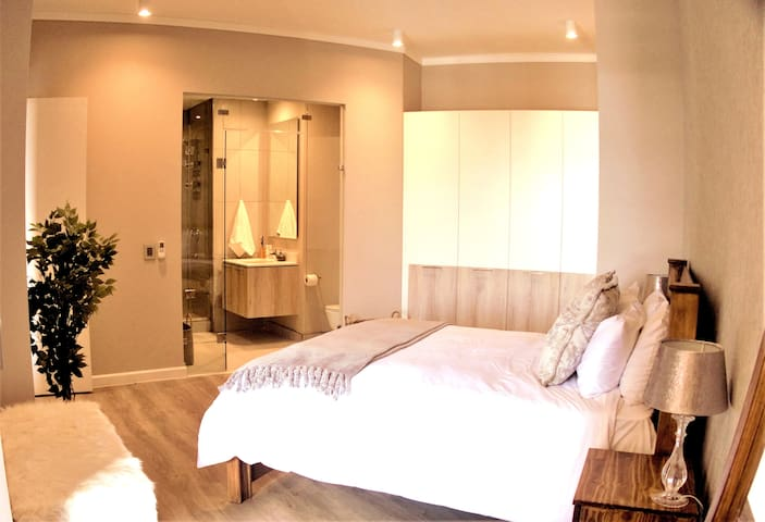 Upmarket one-bedroom apartment at Menlyn Maine