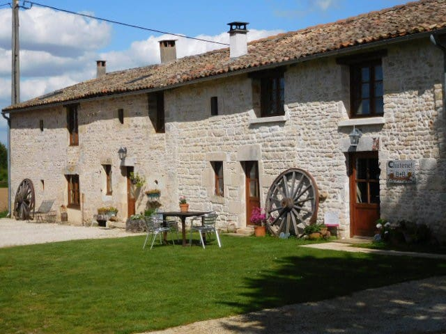 Self catering house with pool - Sauzé-Vaussais - Huis