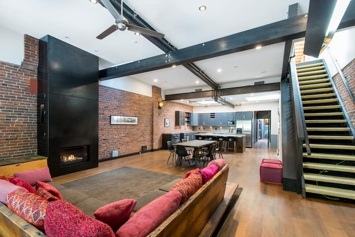 Massive Gastown Loft + Secret Rooftop! - Sleeps 7!