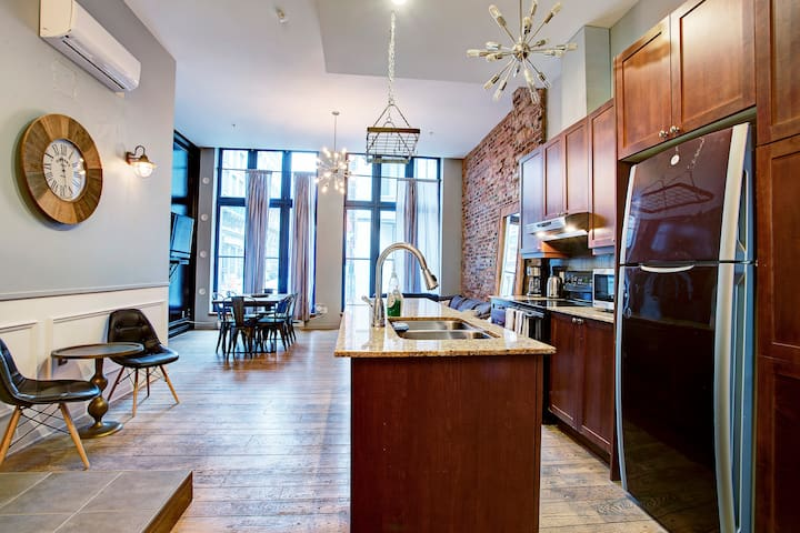 Historic 2 storey apt in❤of Old Port,steps to🍴🍻