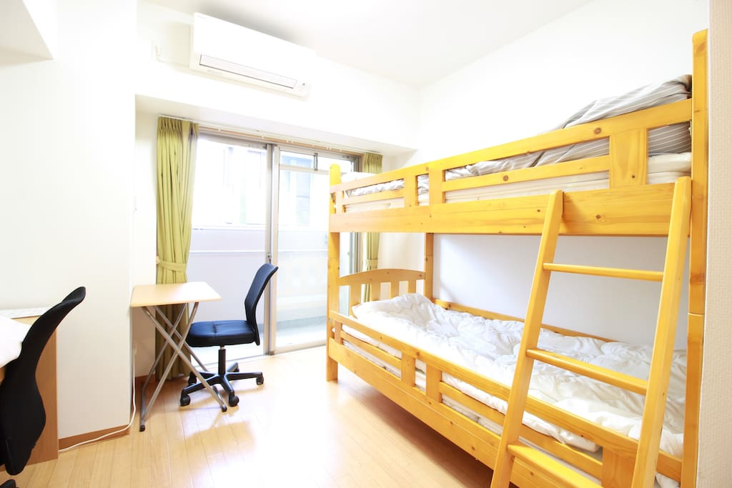 【Bedroom】Bunk beds, a tv and desks