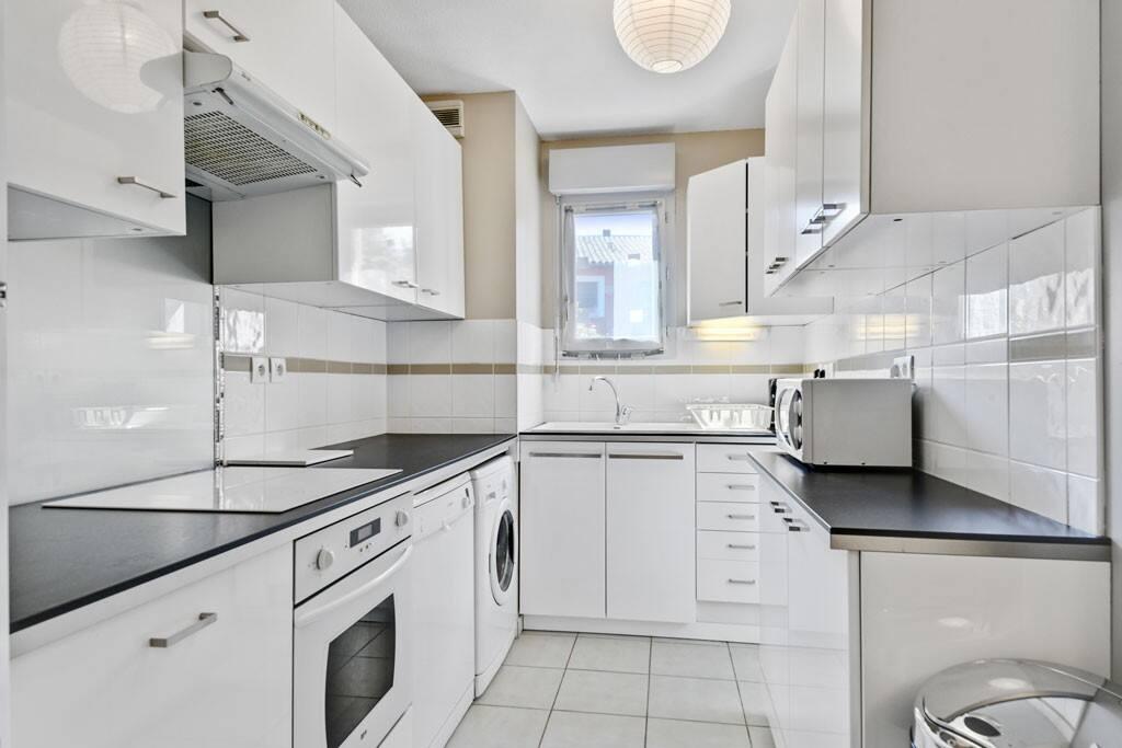 Grand frigo/congélateur, table de cuisson vitrocéramique tactile, four intégré, lave-vaisselle, lave-linge, micro-ondes, cafetière, grille-pain, bouilloire