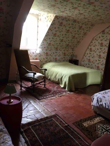 Chambre à l'étage , un lit 160 et un lit de 80cm .