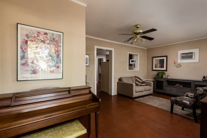 1Bd- Close to Downtown & the Beach under 13 mins