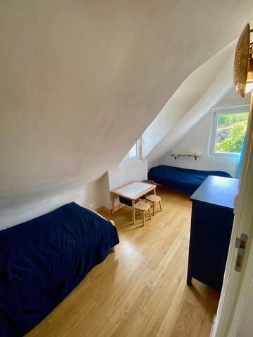 chambre N°4 en haut : 2 lits 90