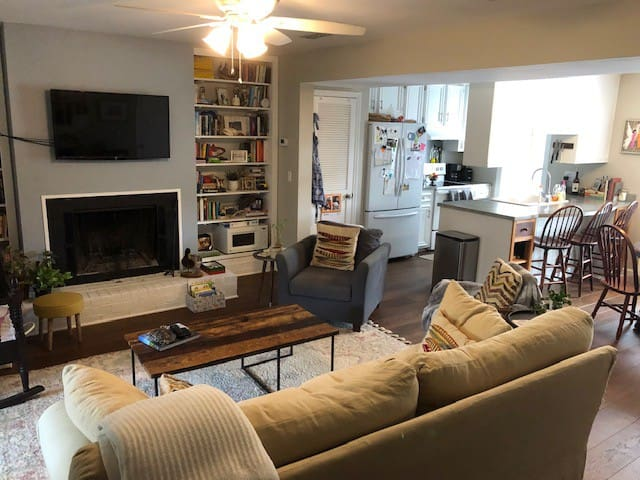 Cozy Home Close to all Charleston has to Offer!