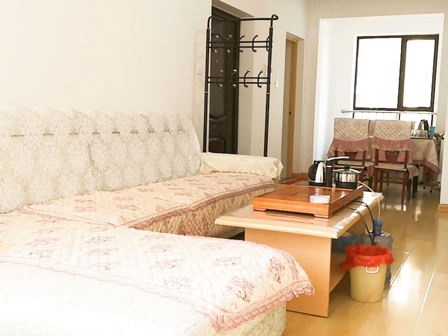 宽大舒适的沙发可坐可躺可卧,来个葛优瘫更是惬意!海边的家为您准备好了干净卫生整洁的家的环境,欢迎您的到来!