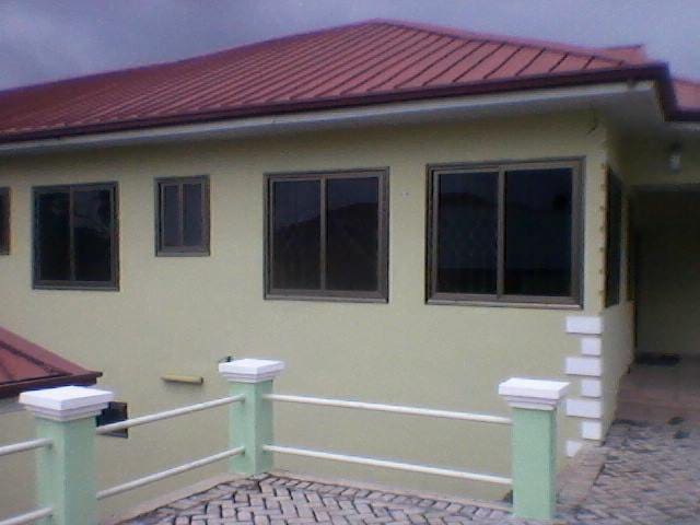 Furninshed 1 and 2 bedroom 1st floor fenced home - Aburi - Huis