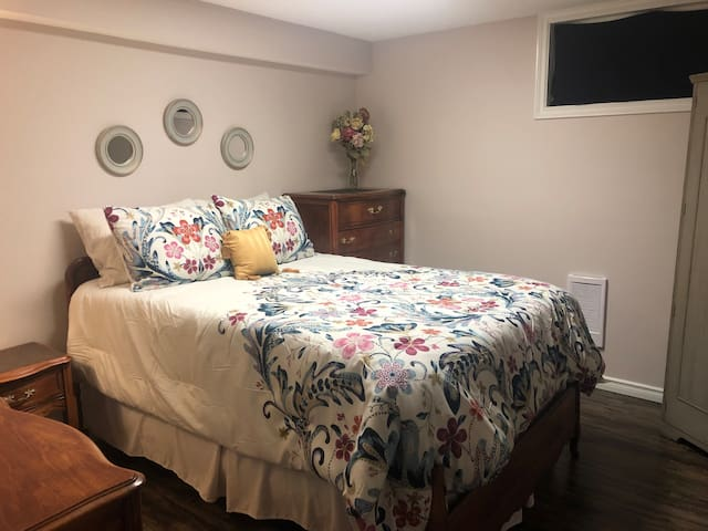~COZY ROOM with Vintage Vibe~ Close to WEM!