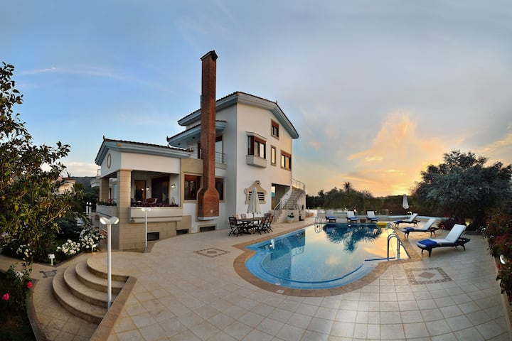 Villa Nikis - Heated Pool, 3km to Chania & Beach!